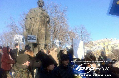 В Луганске более 500 человек собралось на Евромайдан (фото)