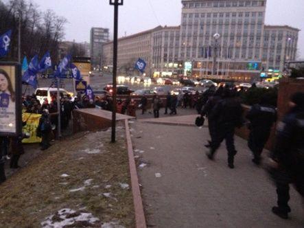 Активисты Евромайдана встречают кортеж Януковича пикетом (фото)