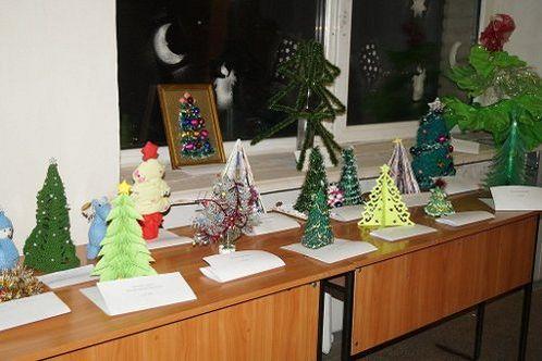 Студенты луганского вуза показали елки из конфет, газет и ткани (фото)