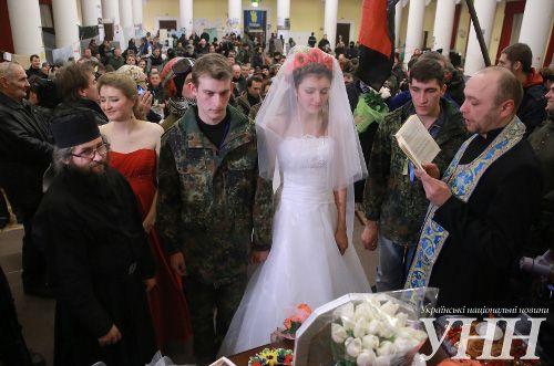 В Киевраде под грохот дубинок и щитов обвенчались активисты Майдана (фото)