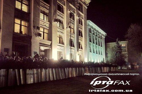 В Луганске штурмуют облгосадминистрацию. Есть пострадавшие (добавлено фото)