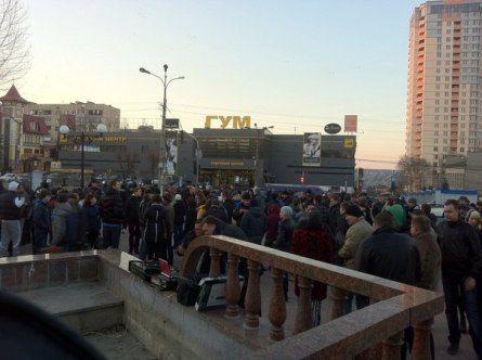 В Луганске проходит гражданская мирная акция «Луганск, вставай! Мы за мир и Украину!» (фото)