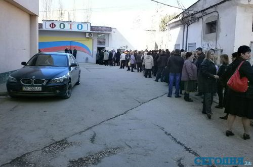В Симферополе люди выстраиваются в огромные очереди за фото на паспорт