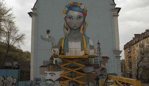Французский и украинский художники рисуют в Киеве стритарт-картину в поддержку возрождения Украины (фото)