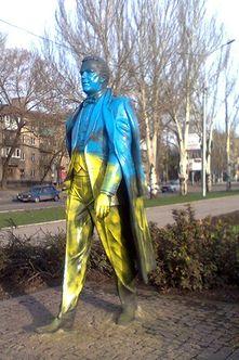 В Донецке неизвестные покрасили памятник Кобзону в цвета национального флага Украины (фото)