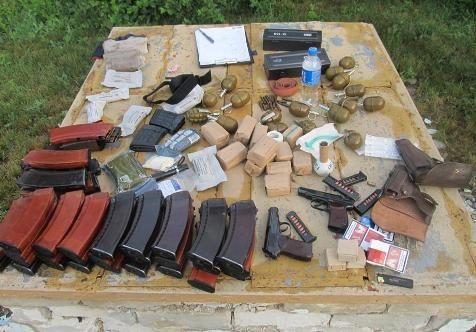 Украинские пограничники задержали на границе с Россией две «Газели», набитые оружием и боеприпасами (фото)