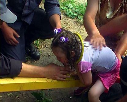 В Луганске спасатели освободили девочку, которая головой застряла в качелях (фото)