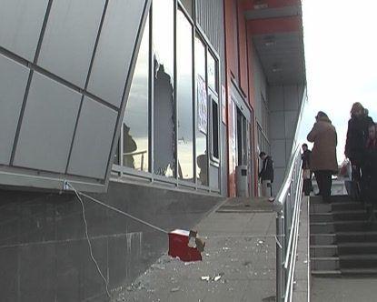 В Луганске за две минуты ограбили ювелирный магазин (фото)